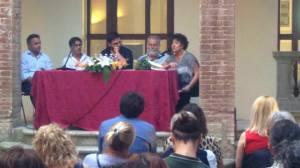 Da sinistra il Presidente delle Cantine Icario Michele Cicchetti, Agathos (Carlo Franzoso), il curatore Vincenzo Sardiello, l'Assessore Franco Rossi e la Presidente della Fondazione Cantiere Internazionale d'Arte Sonia Mazzini